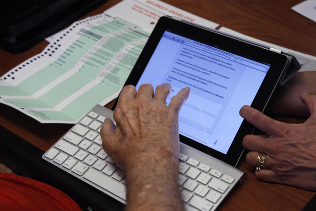 ipad voting oregon (AP)