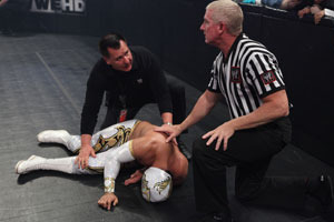 Blessure pendant les Survivor Series Sin-cara-injured_large