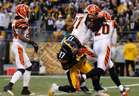 PITTSBURGH, PA - DECEMBER 04:  Mike Wallace #17 of the Pittsburgh Steelers runs into the endzone to score a touchdown against the Cincinnati Bengals in the second half during the game on December 4, 2011 at Heinz Field in Pittsburgh, Pennsylvania.  (Photo by Jared Wickerham/Getty Images)