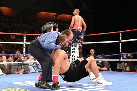 Angel Hernandez was predictably knocked out in two rounds by Demetrius Andrade on Friday Night Fights. (Photo by Ed Diller/Star Boxing)