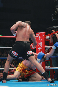 Badr Hari dominated his way to a victory in Yokohama via www.k-1.co.jp