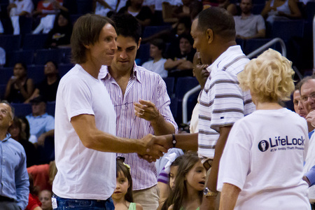 Nash and Gentry share a shake at the Mercury playoff game on Thursday. (Photo by Ryan Malone, SB Nation Arizona)