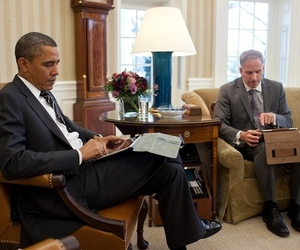 President Obama uses an iPad (Credit: Pete Souza/White House Flickr)