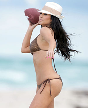 Kim-kardashian-playing-football-on-the-beach