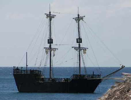 Black_pearl_at_sea_medium