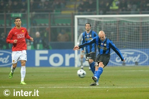 Cambiasso clears the ball