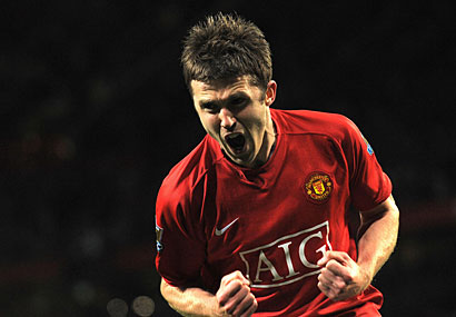 Michael Carrick scored as Manchester United beat Portsmouth 2-0 on Wednesday to regain top spot over Liverpool in Premier League.