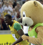 Usain Bolt races Berlin Bear