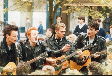 Clash-busking-1985_medium