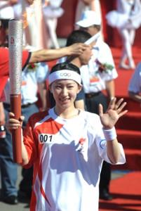 Liu Yan carries the Olympic torch.