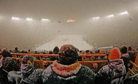 Football-game-in-the-snow-at-lambeau-field-in-green-bay-77bf38edd9106c48_medium