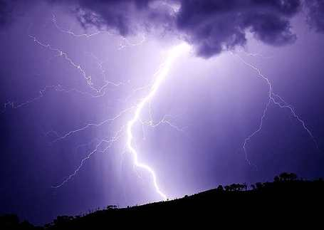 Lightning_strikes_hill_january_2007_medium