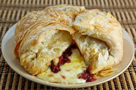 Baked_brie_and_cranberry_sauce_500_medium