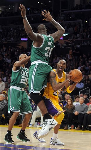 PHOTO: Shaquille O'Neal's Butt In Kobe Bryant's Face, Just Like That Rap Song - SBNation.com