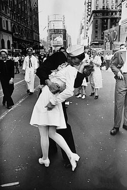 250px-legendary_kiss_v_e2_80_93j_day_in_times_square_alfred_eisenstaedt_medium