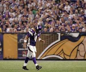 73048_vikings_favre_drama_football_large_medium