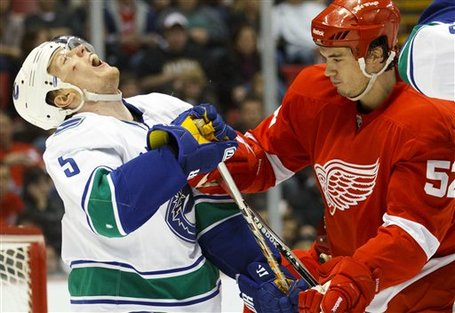 71915_canucks_red_wings_hockey_medium