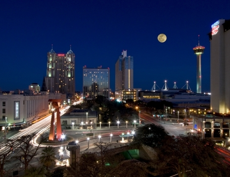 San_antonio_skyline_evening_medium