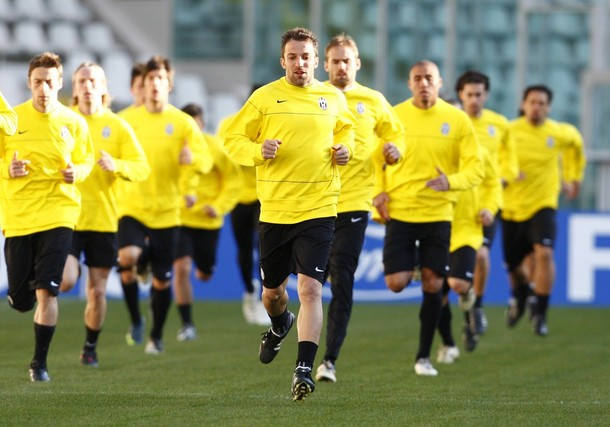 Juventus\' players warm up during a training session at the Olympic stadium in Turin March 9, 2009. Juventus will play Chelsea in a Champions League soccer match on Tuesday.  REUTERS/Tony Gentile  (ITALY SPORT SOCCER)