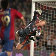 7959515-goalkeeper-oliver-kahn-during-a-friendly-match-between-bayern-munich-and-fc-barcelona-at-the-nou-cam